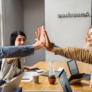 blije medewerkers | water drinken op het werk | KoffiePartners