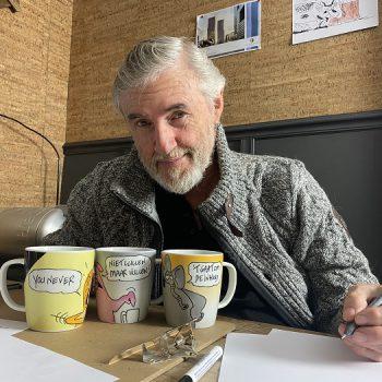 Toon van Driel met koffiemokken